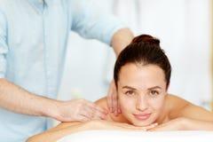 Skönhetkvinna som får ansikts- massage Royaltyfri Fotografi