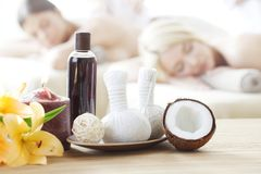 Skönhetkvinna som får ansikts- massage fotografering för bildbyråer
