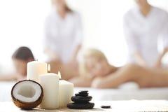 Skönhetkvinna som får ansikts- massage royaltyfria bilder