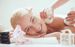 Skönhetkvinna som får ansikts- massage arkivfoto