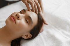 Skönhetkvinna som får ansikts- massage ansikts- fående behandlingkvinna för härlig skönhet Arkivfoton