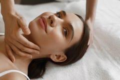 Skönhetkvinna som får ansikts- massage ansikts- fående behandlingkvinna för härlig skönhet Arkivfoto