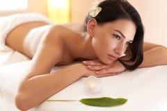 Skönhetkvinna som får ansikts- massage Den härliga brunetten får Spa behandling i salong Royaltyfri Fotografi