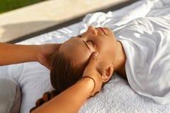 Skönhetkvinna som får ansikts- massage Härlig kvinna som tycker om den Head massagen kvinna för vatten för brunnsort för hälsa fö arkivbilder