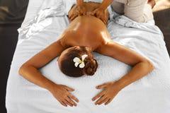 Skönhetkvinna som får ansikts- massage Kvinna som kopplar av och att tycka om tillbaka massage kvinna för vatten för brunnsort fö royaltyfria bilder