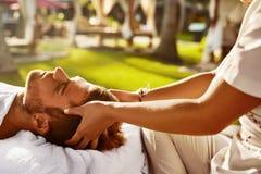 Skönhetkvinna som får ansikts- massage Man som utomhus tycker om avslappnande Head massage _ Royaltyfria Foton