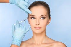 Skönhetkvinna som ger botox royaltyfria bilder