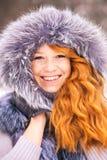 Skönhetkvinna som har den roliga yttersidan på snöig dag för vinter Fotografering för Bildbyråer