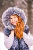 Skönhetkvinna som har den roliga yttersidan på snöig dag för vinter Royaltyfria Foton