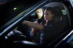 Skönhetkvinna som kör en bil Arkivbilder
