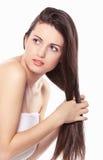 Skönhetkvinna som kammar hår Arkivfoto