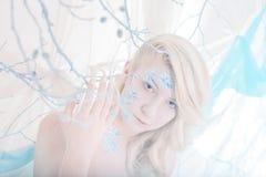 Skönhetkvinna som snödrottning i vinter Royaltyfri Bild