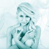 Skönhetkvinna som snödrottning i vinter Royaltyfria Foton