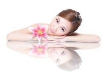 Skönhetkvinnaframsida med blomman royaltyfri foto