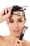 Skönhetkvinnan med makeup borstar i naturligt smink Royaltyfri Foto