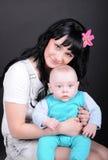 Kvinnan med nyfött behandla som ett barn royaltyfri fotografi