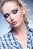 Skönhetkvinnan med trevlig makeup och ögon stängde sig arkivbilder