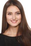 Skönhetkvinnastående av härligt gladlynt tycka om för tonårig flicka med långt brun hår och rengöringhud som isoleras på vit bakgr Arkivfoton
