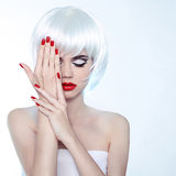 Skönhetkvinnaståenden med makeup och rött spikar polermedel, den sh studion Royaltyfria Foton