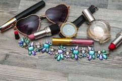 Skönhetlägenheten lägger med kosmetiska flaskor Top beskådar Modebakgrund med kvinnlign på exponeringsglas för höga häl hänger lö Royaltyfria Foton