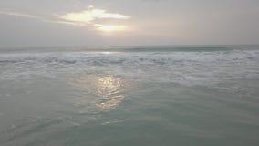 skönhetliggande över havssoluppgång video Vågor på stranden i vändkretsarna på gryning, morgon på havet, soluppgång på arkivfilmer