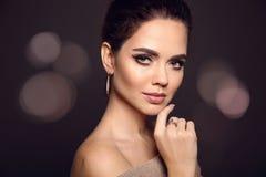 Skönhetmakeupstående Modemodell Golden Jewelry härligt royaltyfria bilder
