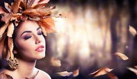 Skönhetmodeflicka i höst arkivbilder