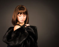 Skönhetmodeflicka i Mink Fur Coat vinter för mode för bakgrund härlig isolerad vit flicka Royaltyfri Foto