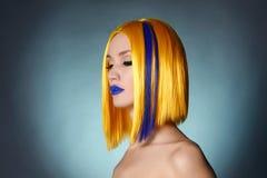 Skönhetmodeflicka med färgrikt färgat hår fotografering för bildbyråer
