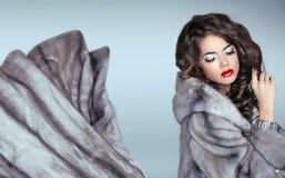 Skönhetmodekvinna i blåa Mink Fur Coat Härlig lyxig seger Royaltyfri Bild