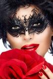 Skönhetmodekvinna med den eleganta maskeringen kanter manicure red Royaltyfria Bilder