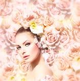 Skönhetmodell Girl med blommor Royaltyfria Bilder