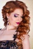 Skönhetmodell med ett ljust aftonsmink smycken lyxig glamorös rödhårig manflicka royaltyfri bild