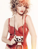 Skönhetmodell med kameran Royaltyfria Bilder