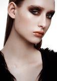 Skönhetmodell med perfekt hud för guld- svart makeup arkivfoto