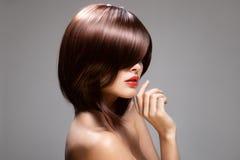 Skönhetmodell med perfekt långt glansigt brunt hår fotografering för bildbyråer