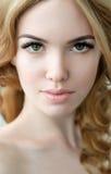 Skönhetmodell med perfekt ny hud och långa ögonfrans Arkivfoton