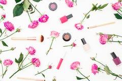 Skönhetmodell med rosa rosor och skönhetsmedel med tillbehör på vit bakgrund Bakgrund för dag för kvinna` s Lekmanna- lägenhet, b royaltyfria foton