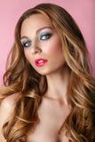 Skönhetmodell Woman Face på rosa skinande bakgrund perfekt hud Royaltyfria Foton