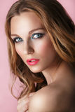 Skönhetmodell Woman Face på rosa skinande bakgrund perfekt hud Royaltyfria Bilder