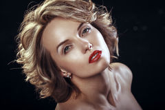 Skönhetmodell Woman med blont lockigt krabbt hår Arkivbild