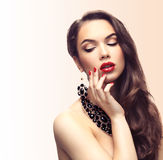 Skönhetmodell Woman med långt brunt krabbt hår Arkivfoton