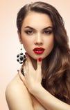 Skönhetmodell Woman med långt brunt krabbt hår Arkivbilder