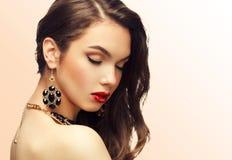 Skönhetmodell Woman med långt brunt krabbt hår Royaltyfri Foto