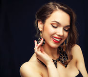 Skönhetmodell Woman med långt brunt krabbt hår Arkivfoto