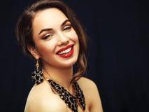 Skönhetmodell Woman med långt brunt krabbt hår Arkivbild