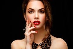 Skönhetmodell Woman med långt brunt krabbt hår Fotografering för Bildbyråer