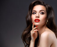Skönhetmodell Woman med långt brunt krabbt hår Royaltyfri Fotografi