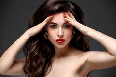 Skönhetmodell Woman med långt brunt krabbt hår Rött arkivfoton