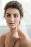 Skönhetmodellen med smink och ny hud poserar framdelen av Royaltyfri Fotografi